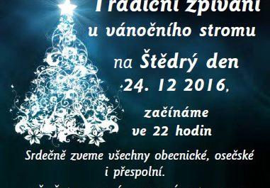 Tradiční štědrovečerní zpívání u vánočního stromu na návsi